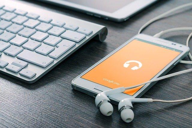 słucha muzyki
